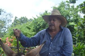 """""""Solo se llevarán la piedra si pueden con los machetes"""", advierte el propietario del Rancho El Repartidor, Raúl Miranda, quien encontró el monumento colosal."""