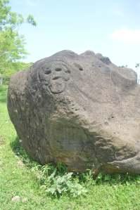 Petrograbados que han sido erosionados a través del tiempo, hay en Mecayapan.