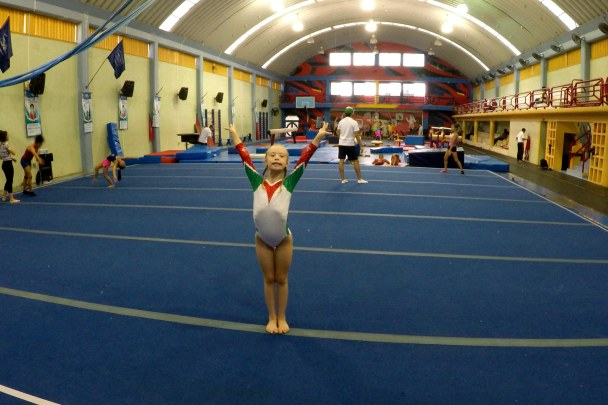 La pequeña Bibi-oriunda de Coatzacoalcos-va como representante mexicana a Italia en campeonato mundial de gimnasia artística.