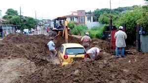 Sacan el vehículo enterrado por el lodazal, a causa de lluvias.
