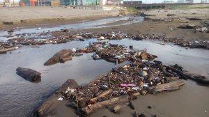 No solo hay canal de aguas negras combinada con aguas pluviales, también hay basura.