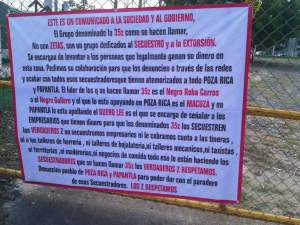 Narco-manta zeta en Poza Rica, afuera de un plantel escolar.