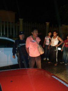 Los taxistas atraparon a un ladrón y le dieron su 'calentadita'.