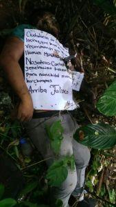 Hallan cuerpo con narcomensaje, en Moloacán.