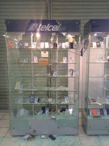 Saquearon la tienda Telcel de Coatzacoalcos, sobre la avenida Zaragoza.