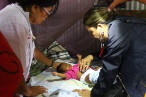 Brigadas médicas a afectados por inundaciones.