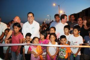 El presidente municipal Joaquín Caballero inauguró anoche la nueva vialidad.