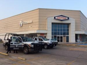 Patrullas del Mando Unico resguardan la tienda comercial FAMSA que fue saqueada.