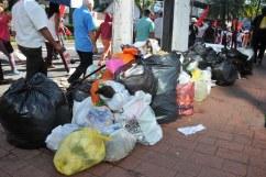 Xalapa, gobernada por el morenista Hipólito Rodríguez, amaneció con cientos de toneladas de basura en las calles. La crisis fue ocasionada porque el alcalde canceló el contrato con una empresa privada, al considerarlo ineficaz y caro, pero no buscó alternativas. Además, autoridades de Veracruz, Emiliano Zapata y Coatepec se negaron a recibir los desechos en sus rellenos sanitarios.